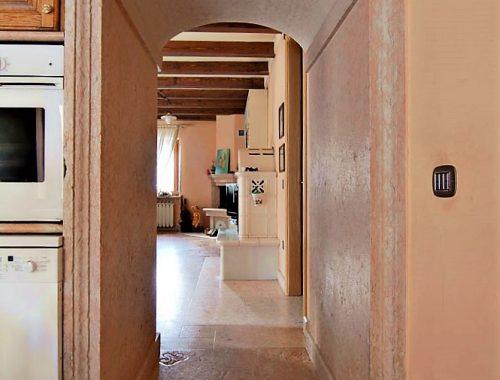 corridoio con arco in pietra di prun