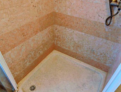 piatto doccia e rivestimento-in-pietra della lessinia diversi colori
