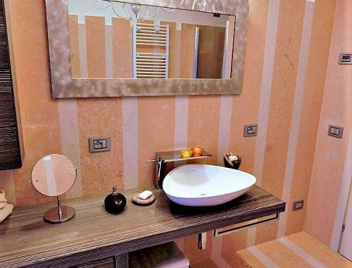 rivestimento bagno in pietra-della lessinia rosa e bianca