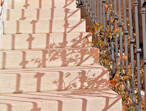 scale esterne in pietra di prun bocciardata