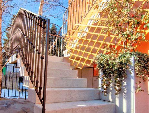 scale in pietra di prun con ringhiera in ferro battuto